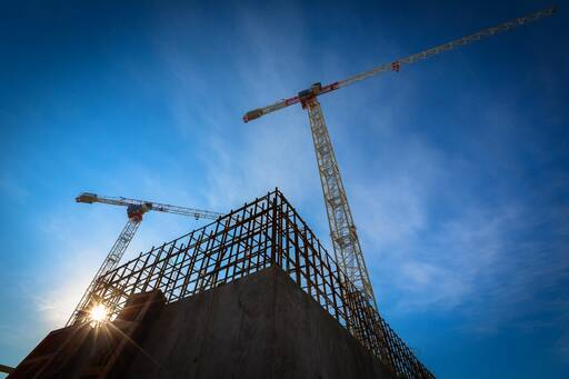 Le soleil brille sur un chantier de construction