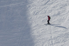 KPMG's Global IFRS IKPMG IFRS income taxes topic image: Lone skier negotiating downhill course.
