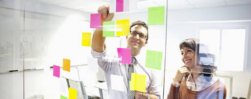 hu-business-people-looking-at-adhesive-notes