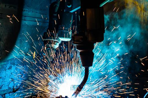 welding-robots-movement-in-a-car-factory