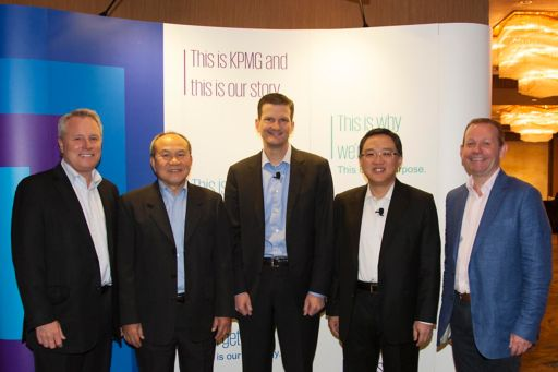 Bill Thomas, Global Chairman, KPMG International (middle), Honson To, Chairman, KPMG in China and Asia Pacific (2nd from right), and Winid Silamongkol, Chief Executive Officer, KPMG in Thailand, Myanmar and Laos (2nd from left), and other key partners at 2017 ASPAC Partners' Conference in Bangkok, Thailand
