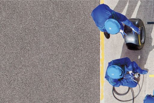 Blue dressed man working in pitstop