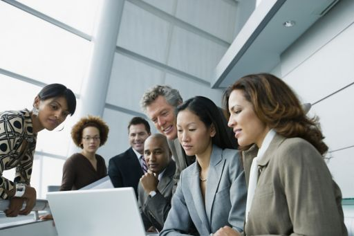 imagem with a people group in front of a laptop