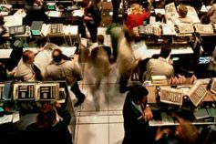 KPMG IFRS Fair Value Measurement publication image: traders on an open outcry trading floor