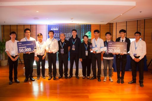 Winid Silamongkol, Chief Executive Officer, KPMG in Thailand, Myanmar and Laos (5th from left), Prathan Phongthiproek, Advisory Manager, Management Consulting (middle), and Siraporn Chulasatpakdy, Advisory Partner, Head of Technology, Media and Telecommunications, KPMG in Thailand (5th from right)